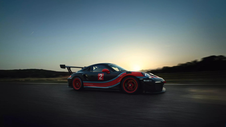 Porsche 911 GT2 RS Clubsport auf der Rennstrecke von der Seite