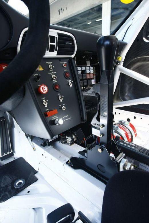 Porsche-911-GT3-R-Elektronik-19-fotoshowImageNew-3